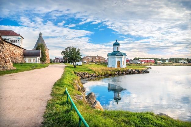Cappella alexander nevsky di fronte al monastero di solovetsky sulle isole solovetsky e le case del villaggio