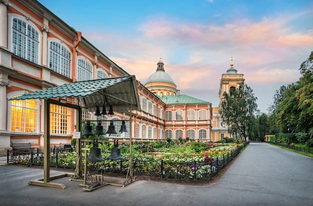 L'alexander nevsky lavra a san pietroburgo in una sera d'estate e il campanile con le campane