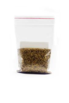 Semi di erba medica per la germinazione in sacchetto isolato su una superficie bianca.