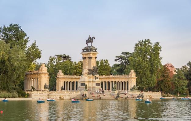 Monumento ad alfonso xii nel parco del buen retiro, madrid