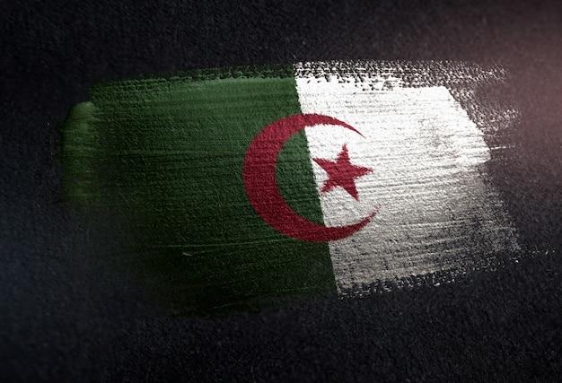 Bandiera algeria fatta di vernice spazzola metallica sulla parete scura grunge