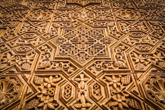 Alhambra di granada, spagna. dettaglio di un muro di 800 anni in stile islamico.