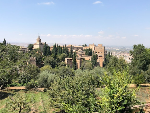 L'alhambra è un complesso di palazzo e fortezza situato a granada