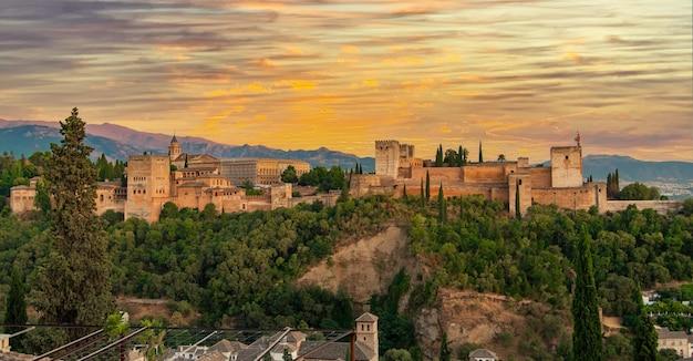 Il palazzo e la fortezza dell'alhambra situati a granada, in andalusia, spagna.