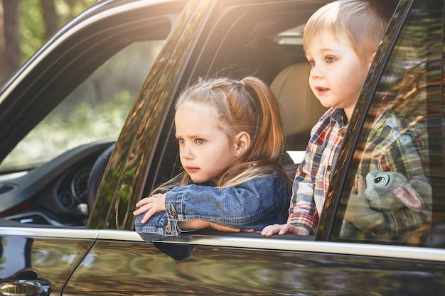 Non tutte le aule hanno quattro pareti due bambini che guardano fuori dalla finestra mentre il loro padre