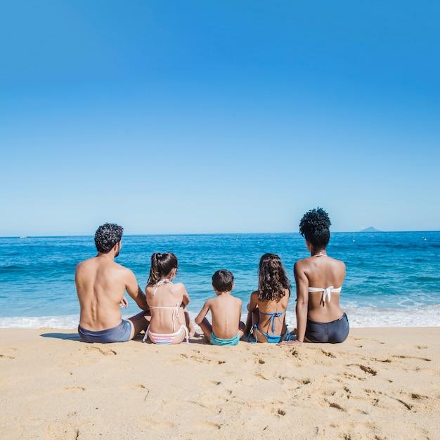 Tutta la famiglia che guarda il mare