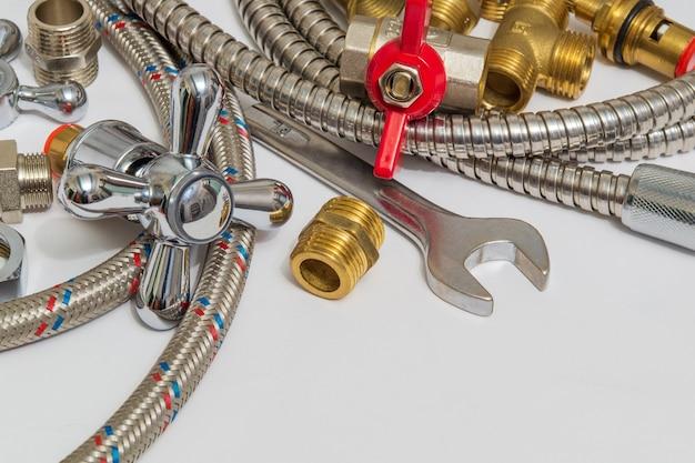 Tutti i tipi di impianti idraulici e strumenti sul tavolo grigio