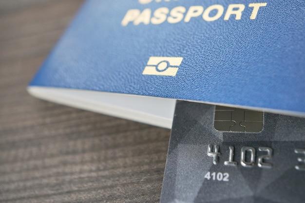 Tutto ciò che serve per il passaporto di viaggio e la carta di pagamento