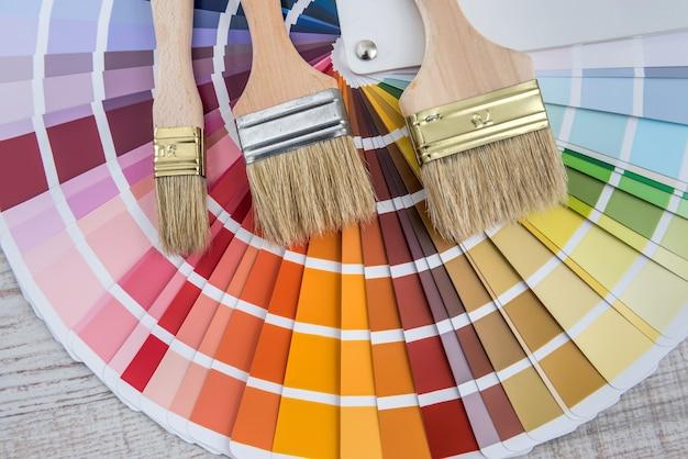 Tutti gli strumenti per la riparazione della casa, il pennello e il campionatore di colori per la scelta migliore