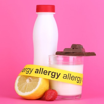 Cibo allergenico sul rosa