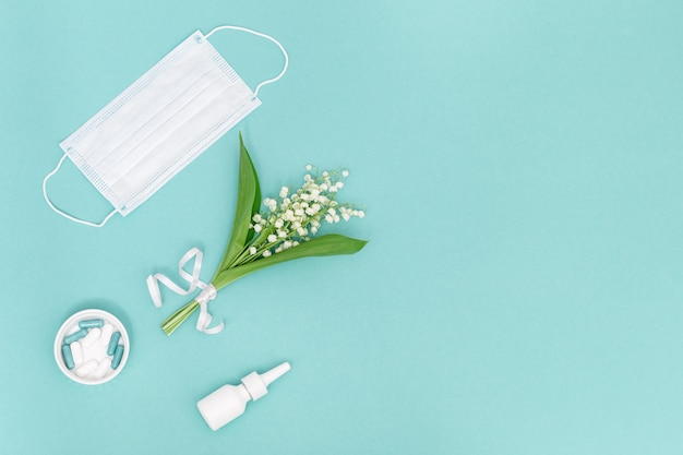 Concetto di allergia. spray nasale e compresse e capsule contro le allergie al polline delle piante da fiore, maschera medica per il viso