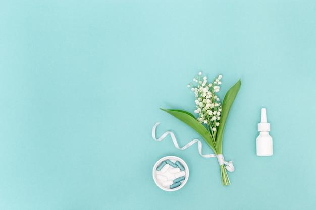 Concetto di allergia. spray per il naso, compresse e capsule contro le allergie ai pollini delle piante da fiore