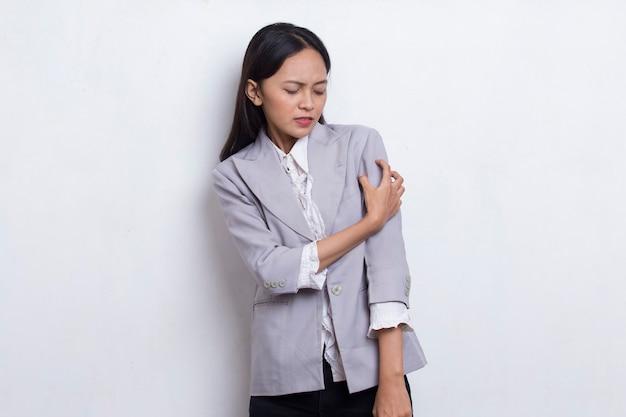 Allergia pelle pruriginosa le mani delle donne sono graffiate su sfondo bianco