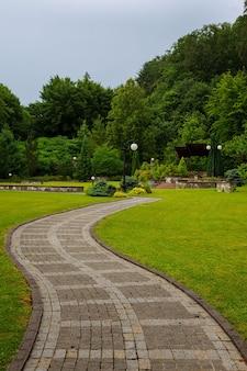 Vicolo nel bellissimo parco in estate.