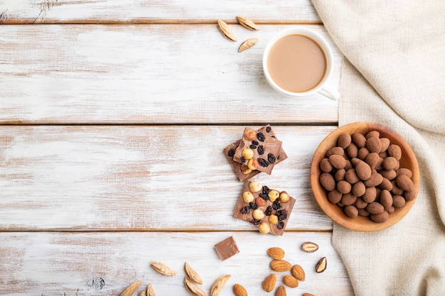 Mandorle in confetti al cioccolato in piatto di legno