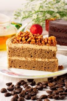 Torta al caffè alle mandorle su un piatto bianco, torta triangolare