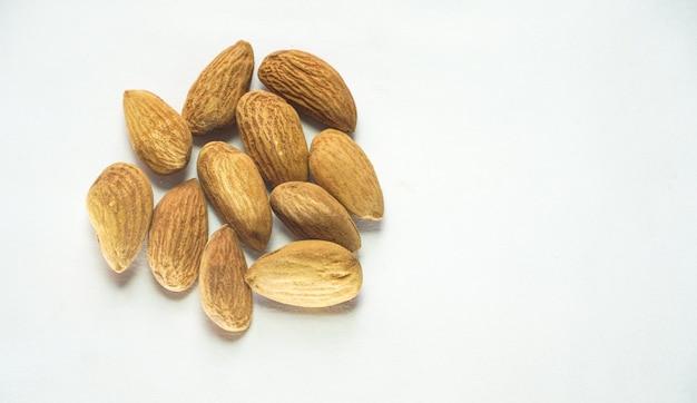 Immagine di frutta secca di mandorle su sfondo bianco