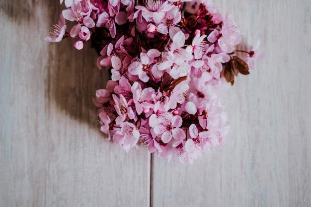 Fiori di mandorla sul pavimento di legno
