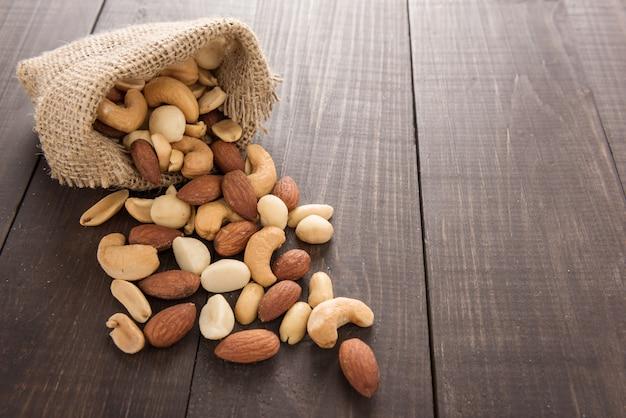 Mandorla, macadamia, arachidi e anacardi sono in una busta