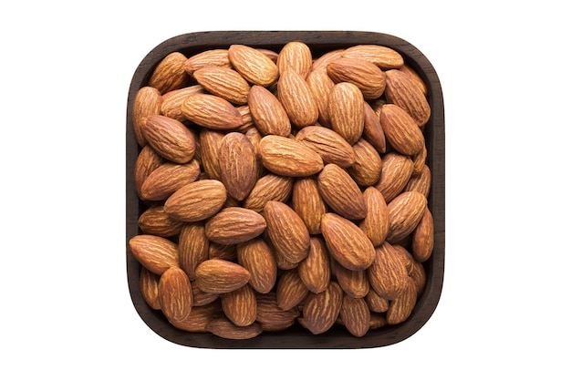Noci di mandorle pelate tostate in ciotola quadrata isolata su sfondo bianco. cibo biologico, vista dall'alto.