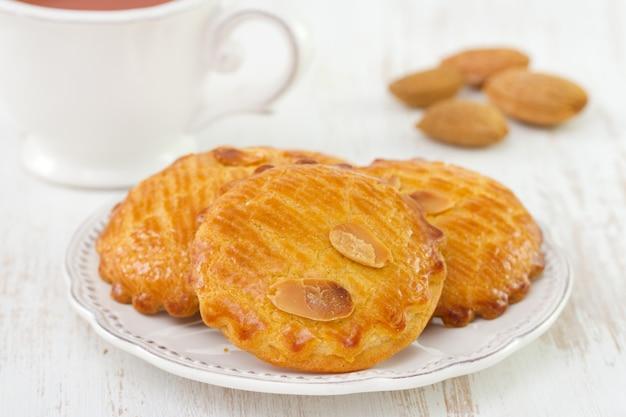 Biscotti di mandorle sul piatto bianco