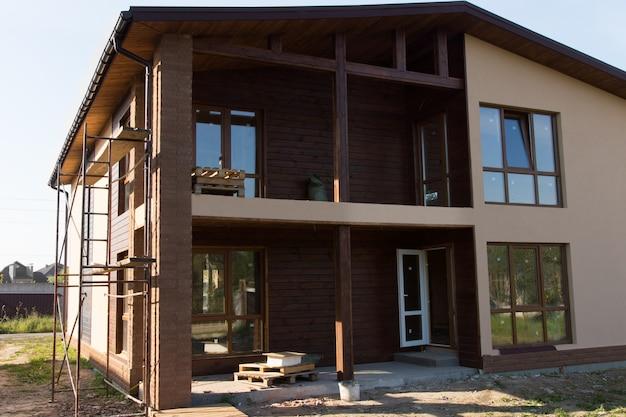 Quasi finito real estate elegante edificio architettonico marrone con finestre in vetro.