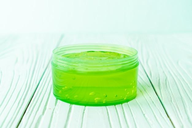 Gel di aloe vera in contenitore di plastica
