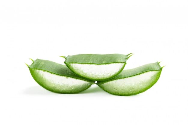 Fette della vera dell'aloe isolate su bianco. medicina di erbe