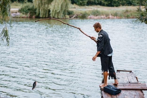 Uomo d'affari da solo pesca sull'isola perduta