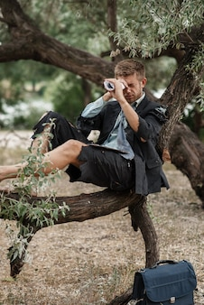 Uomo d'affari da solo che riposa sull'albero, isola perduta