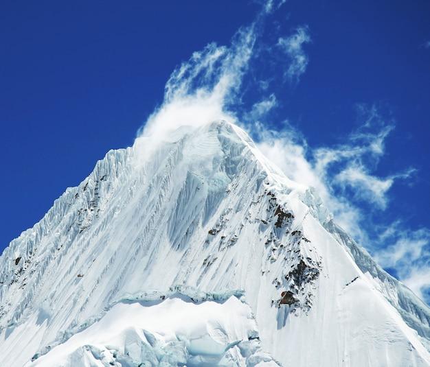 Picco di alpamayo nella montagna di cordilleras