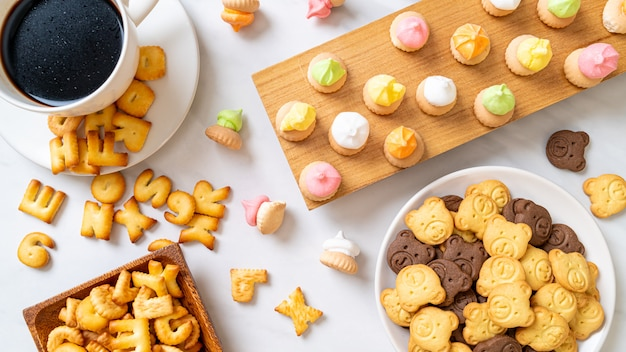 Biscotti alfabeto con altri biscotti