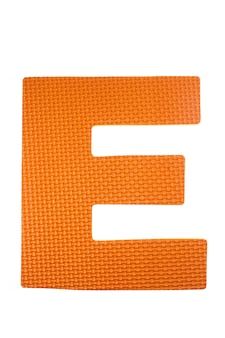 Alfabeto schiuma pezzi di puzzle colorati su sfondo bianco.