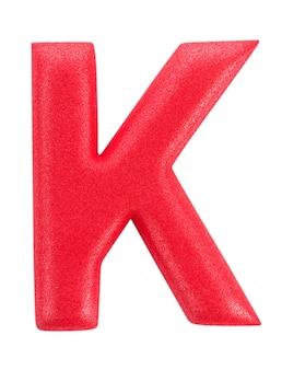 Alfabeto k realizzato da isolati su superficie bianca