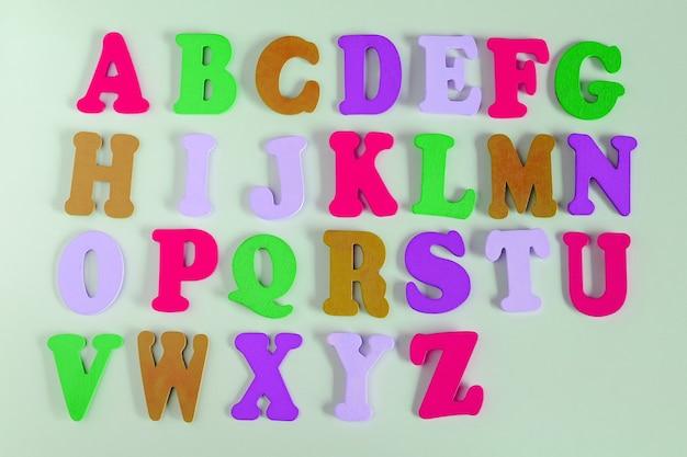 Lettere dell'alfabeto in diversi colori per la decorazione dei bambini.