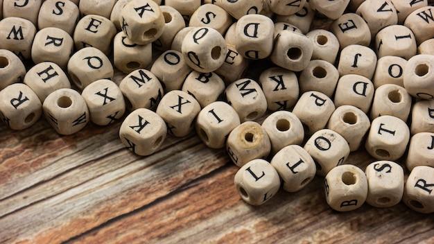 Gli alfabeti sul cubo di legno per l'istruzione o il concetto di comunicazione