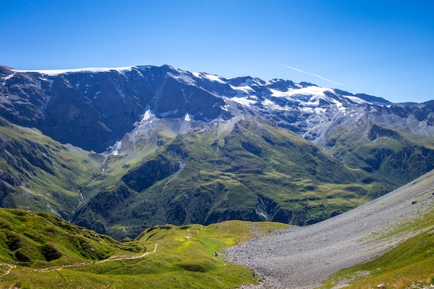 I ghiacciai alpini e il paesaggio delle montagne a pralognan la vanoise. alpi francesi.