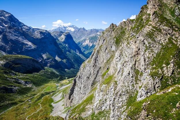 I ghiacciai alpini e le montagne abbelliscono a pralognan la vanoise. alpi francesi.