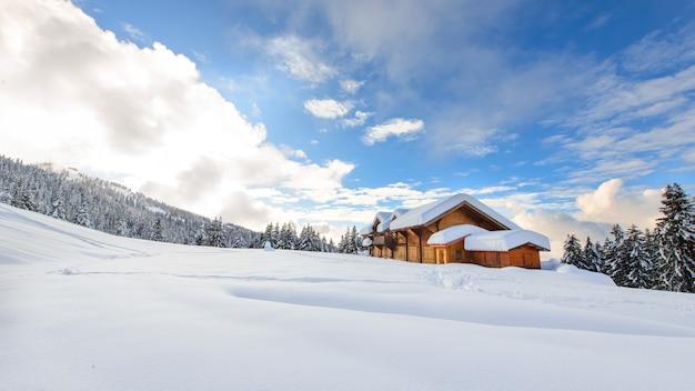 Rifugio alpino in mezzo a tanta neve sulle alpi italiane
