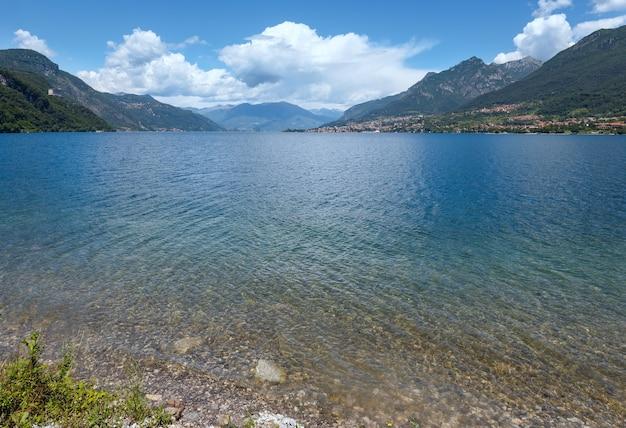 Vista della costa estiva del lago di como alpino (italia)