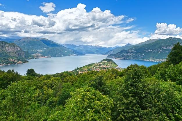 Alpine lago di como estate vista dalla cima della montagna (italia)