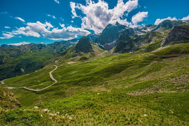 Strada del passo alpino. gran san bernardo mountain pass in italia.