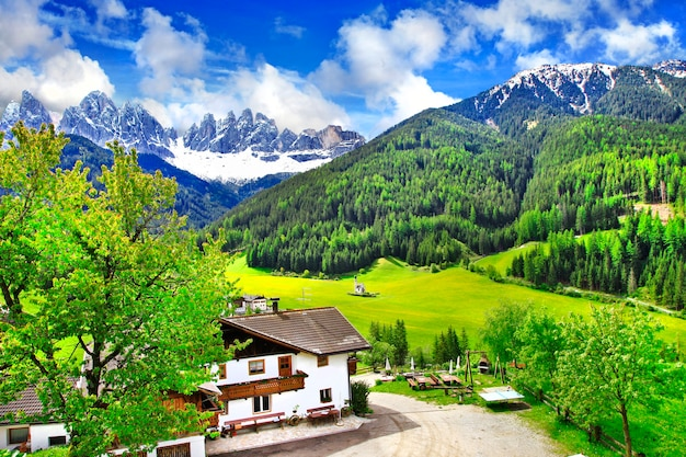 Paesaggi alpini, montagne e paesi dolomitici, val di funes. nord italia