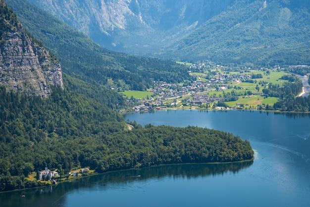 Paesaggio alpino e lago hallstatt nelle alpi austriache, salzkammergut, austria