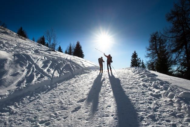Sciatori alpini in salita