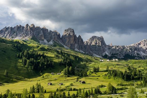 Paesaggio delle montagne delle alpi in italia, passo gardena