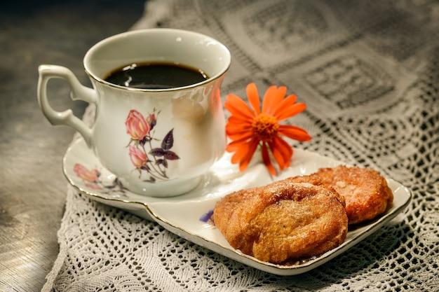 Detta anche rabanada, fatta con pane di grano imbevuto di latte e uova, poi fritta o al forno con sciroppo di zucchero. il toast francese è popolare in portogallo e brasile.