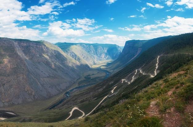 Passo della strada di montagna dell'altai