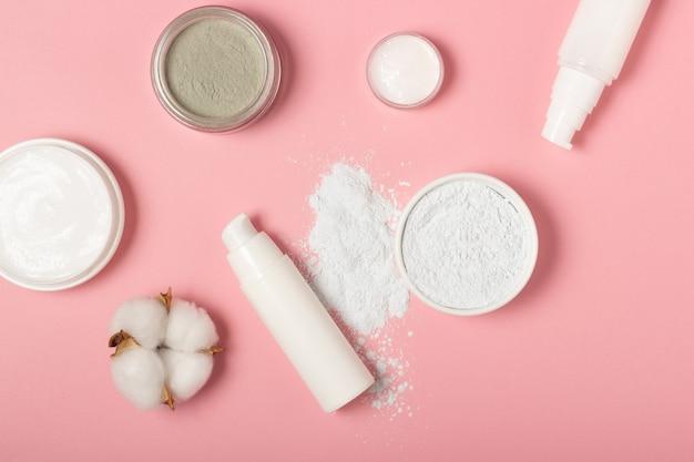Maschere viso in altate e argilla. prodotti cosmetici, maschere e creme in focacce. vista dall'alto, posizione piatta