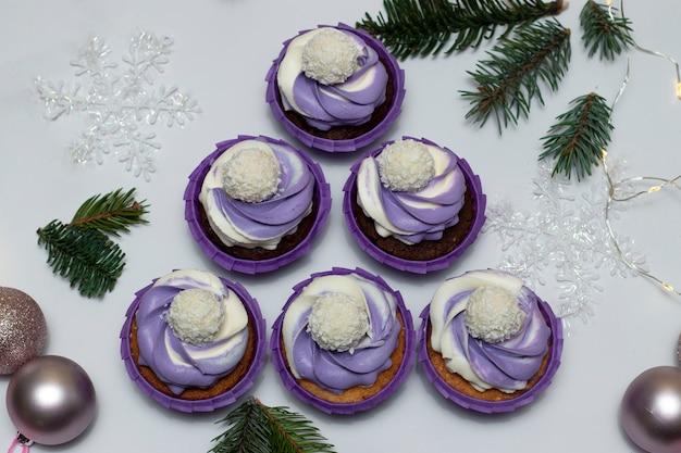 Albero di natale alternativo fatto di cupcakes fatti in casa con crema lilla su bianco